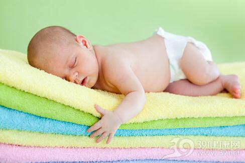 宝宝一哭肚脐就鼓出来是咋回事?可能是小儿脐疝